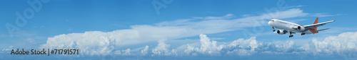 Foto op Aluminium Vliegtuig Jet plane in a blue cloudy sky