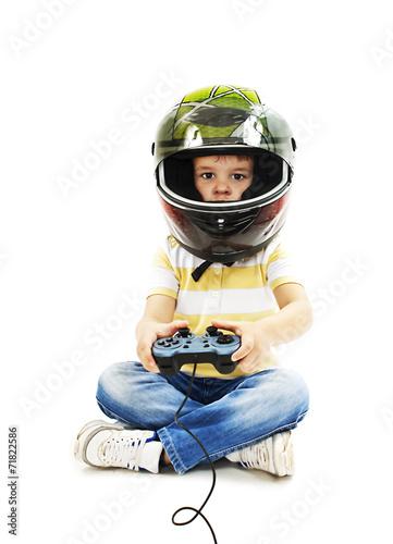 In de dag Indiërs Boy with a helmet, using video game controller