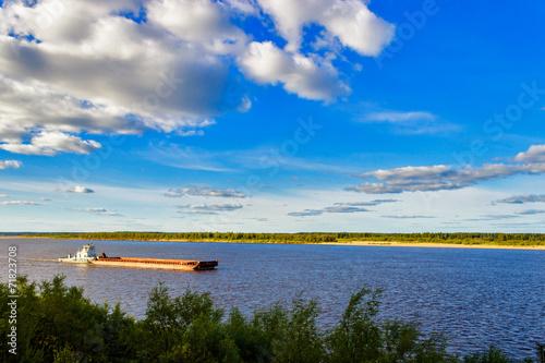 Fotografia barge on river