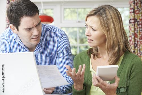 Fotografía  Pares preocupantes que discuten finanzas domésticas en el hogar