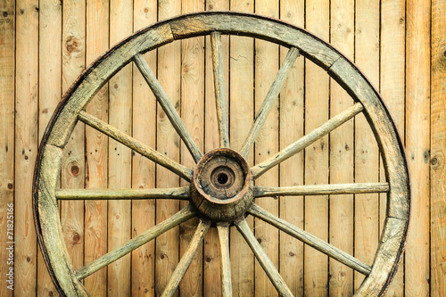 vintage-kola-wagonu-przed-stodola
