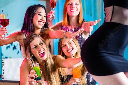Valokuvatapetti Betrunkene Frauen mit Cocktails im Stripclub