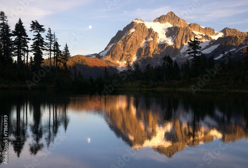 Foto auf Gartenposter Reflexion Mount Mt. Shuksan High Peak Picture Lake North Cascades