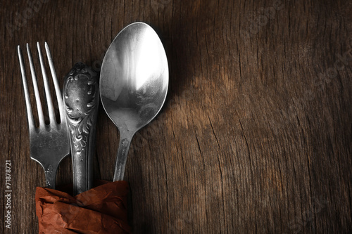 Fotografía  Tableware wrapped in paper on wooden background