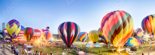 Keuken foto achterwand Ballon Bright Hot Air Balloons Glowing at Night