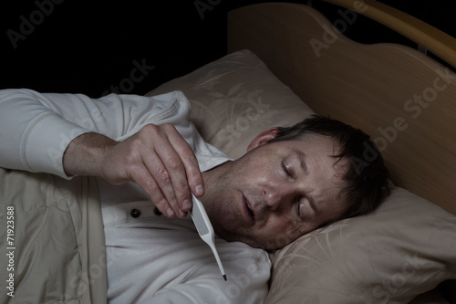 Fotografia  Sick Man testing his temperature