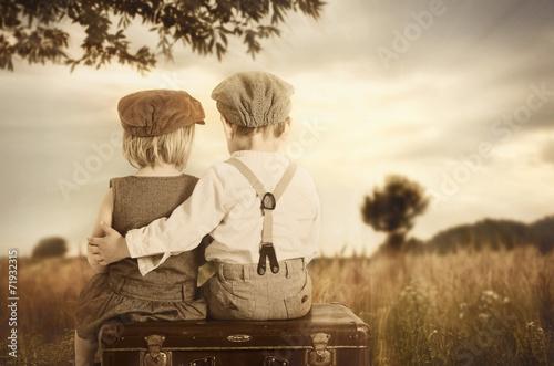 zakochane-dzieci-na-lawce-pod-drzewem-na-lace-zdjecie-w-stylu-retro