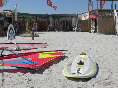 Le tavole sulla spiaggia in Sardegna