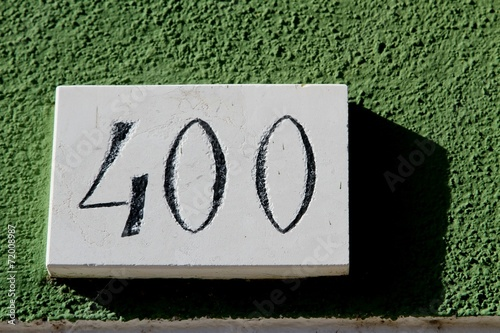 Fotografia  bignumber 400 with green background