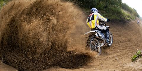 Jeździec jedzie w wyścigu motocrossowym