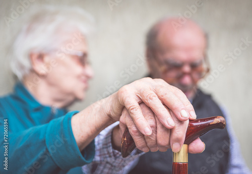 Photo old couple holding hands