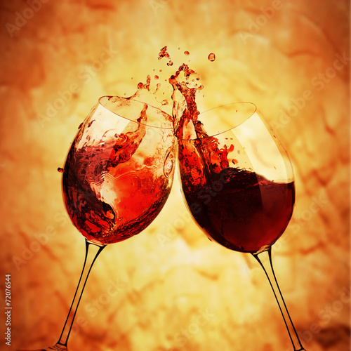 Brindisi con vino rosso - 72076544