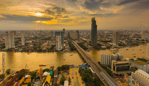 Photo Dramatic scenery of the city center at sunset, Bangkok Thailand