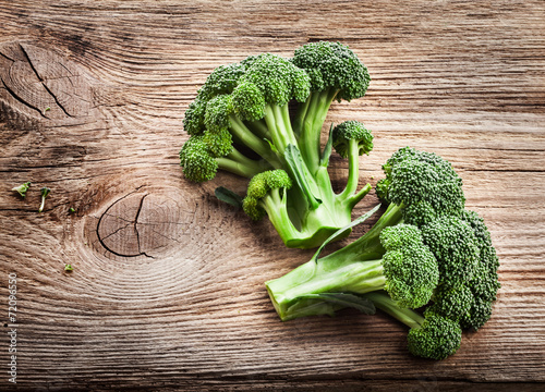 Photo  Fresh broccoli on the wooden table