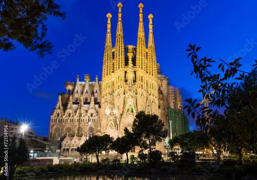 obraz lub plakat Nocny widok z kościoła Sagrada Familia w Barcelonie. Hiszpania