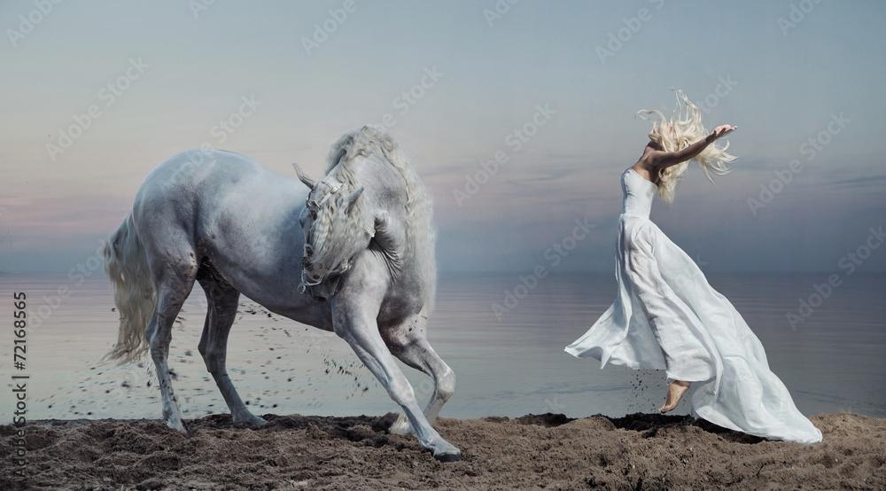 Fototapety, obrazy: Fotografia artystyczna kobiety z białym koniem
