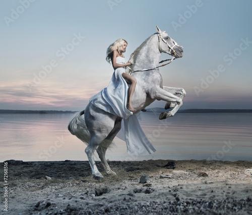 zadziwiajacy-portret-blond-kobieta-na-koniu