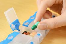 Frau Nimmt Pille Und Tablette Aus Pillendose