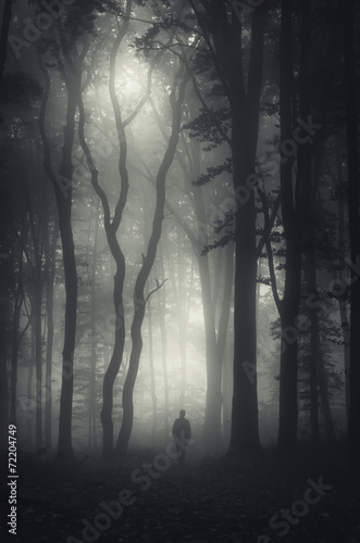 Photo  man walking in mysterious dark forest