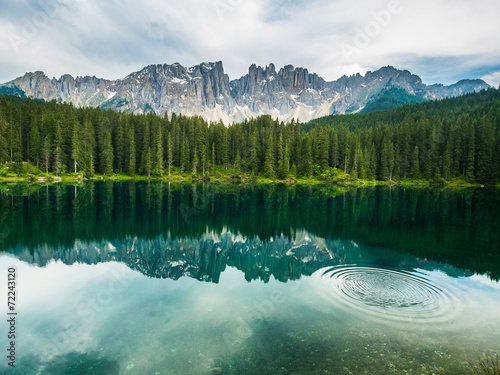 Foto auf AluDibond Reflexion Latamar mountain and woods reflected in lake Carezza, Dolomites