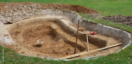 Construction D Un Bassin De Jardin Buy This Stock Photo And