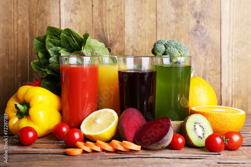 Fruit and vegetable juice in glasses and fresh fruits and