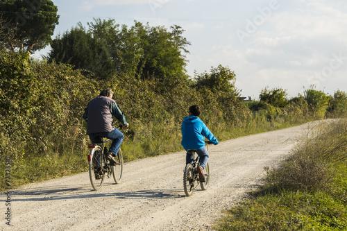 Fotografie, Obraz  Nonno e nipote in bicicletta