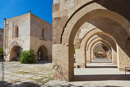 dziedziniec-karawanseraj-sultanhani-w-turcji