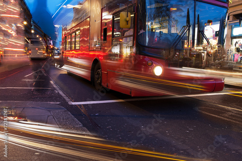 Foto op Canvas Londen rode bus Evening in Oxford street, London, UK.