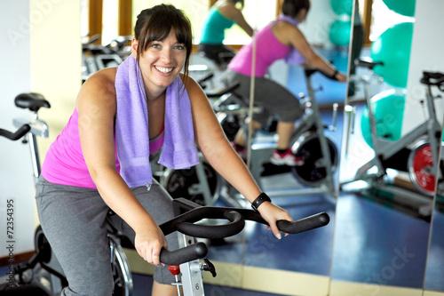 Fotografie, Obraz  Spinning im Fitnessstudio