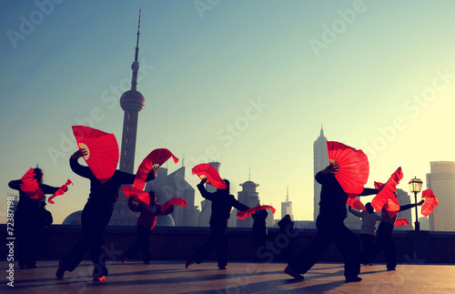 Spoed Foto op Canvas Shanghai Traditional Chinese Dance with Fans