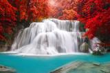 Wodospad w głębokiej dżungli lasów tropikalnych (Huay Mae Kamin Waterfall i - 72391556