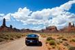 Auto auf Road Trip durch die Wüste in den USA