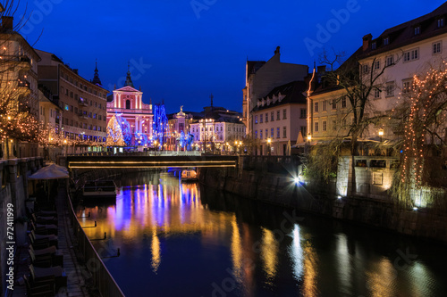 In de dag Brugge View of Ljubljanica river in old center decorated for Christmas