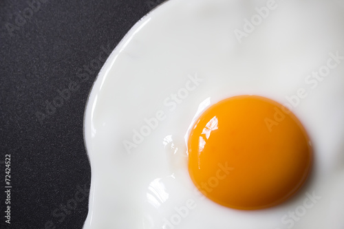 Tuinposter Gebakken Eieren close up Fried egg on frying pan