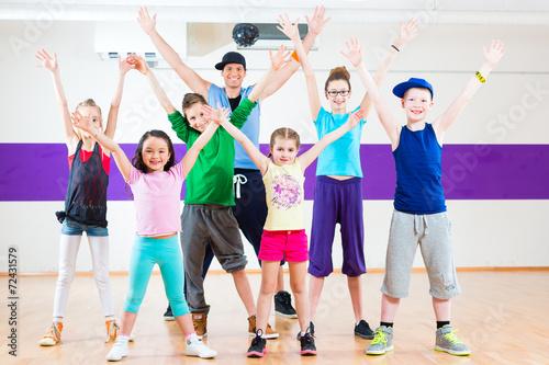Fototapeten Tanzschule Tanzlehrer gibt Kindern Zumba Fitness in Tanzstudio