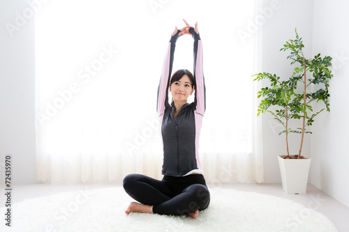 Staande foto Vlees sporty asian woman exercising