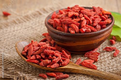 fototapeta na szkło Czerwone suszone jagody goji w drewnianą łyżką