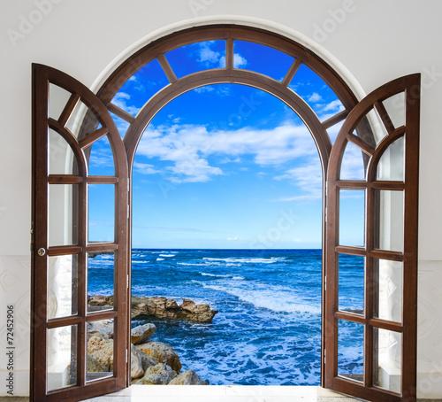 otwarte-drewniane-oszklone-drzwi-w-ksztalcie-luku-z-widokiem-na-morze