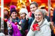 canvas print picture - Freunde, Glühwein und Kandisäpfel auf Weihnachtsmarkt