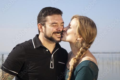 Photo  Mujer rubia con trenza besando a hombre con barba