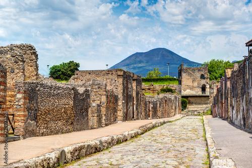 Stampa su Tela Street in ancient city of Pompeii overlooking Vesuvius, Italy