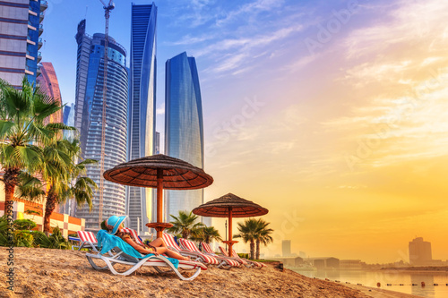Poster Dubai Sun holidays on the beach of Persian Gulf at sunrise