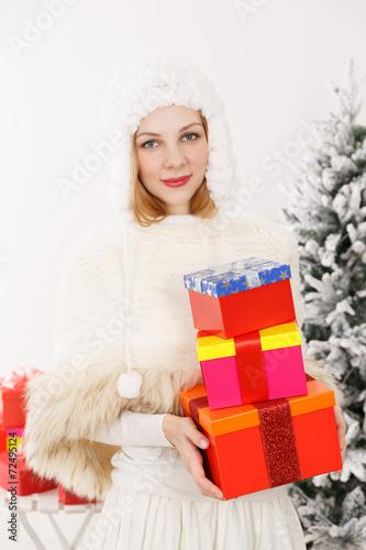 Fotografía  クリスマスプレゼントを持つ女性