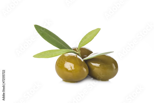 Aceitunas verdes con hojas aisladas sobre fondo blanco