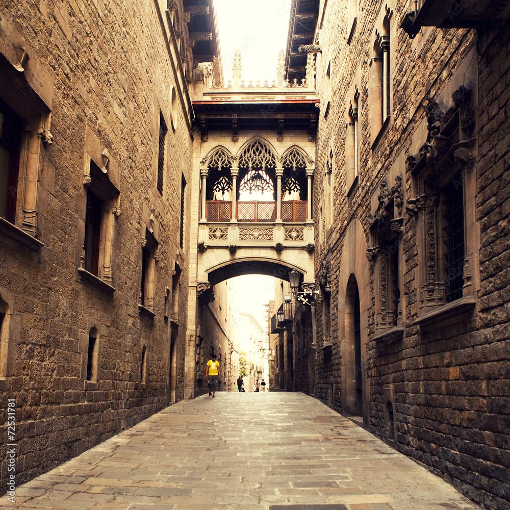 Gocka ulica z łukiem w Barcelonie w pobliżu katedry.