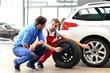Beratungsgespräch in KFZ Werkstatt für Reifenwechsel