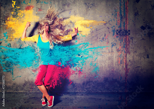 Obraz dancing girl with color splashes - movin 04 - fototapety do salonu