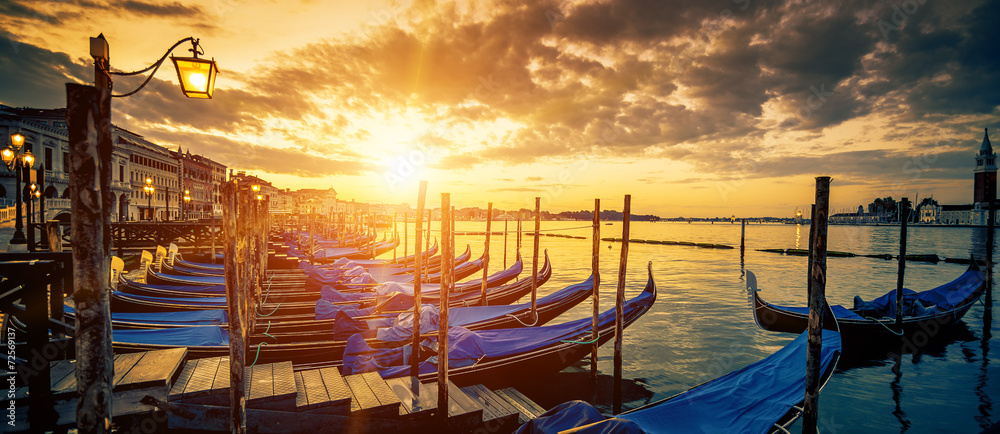 Fototapety, obrazy: Panoramic view of Venice with gondolas at sunrise