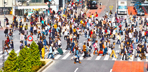 横断歩道を渡る群衆 - 72595129